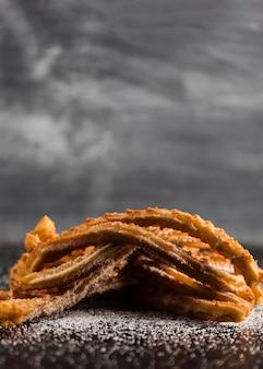Stapel churros mit zucker- und kopienraum
