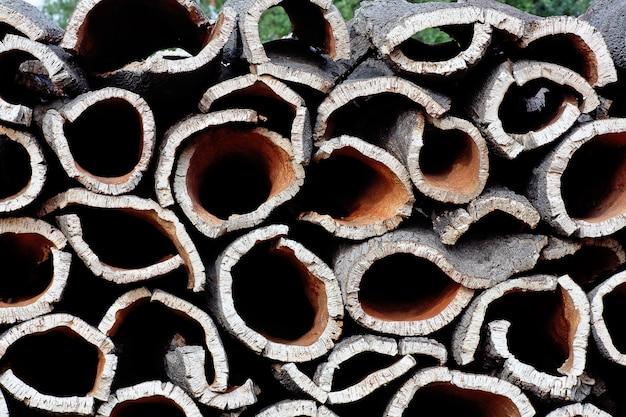 Stapel der barke geerntet von den korkeichen-bäumen bereit zur umwandlung zum korken.