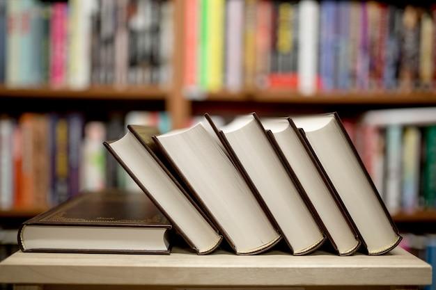 Stapel der bücher, die in der bibliothek liegen