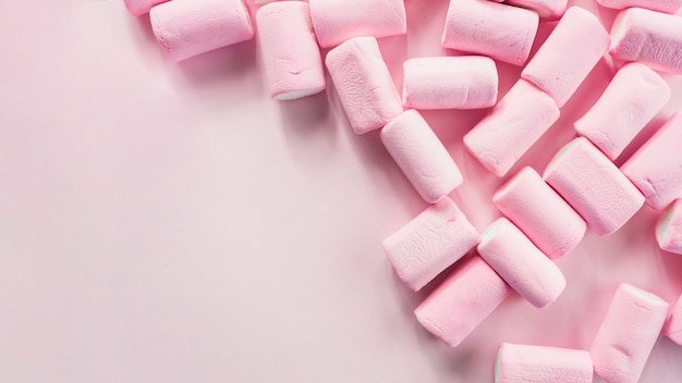 Stapel der eibische auf rosa