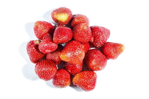 Stapel der erdbeere getrennt auf weißem hintergrund.