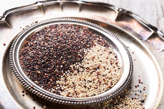 Stapel der gemischten rohen quinoa