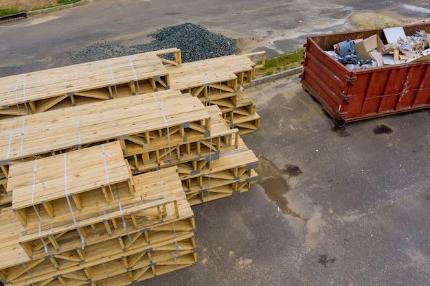 Stapel der gruppe in neuen baumaterialien für gebäude auf holzmaterial für den bau auf metallcontainerhausrenovierung