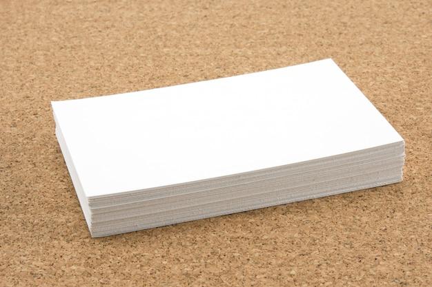 Stapel der leeren weißen visitenkarte