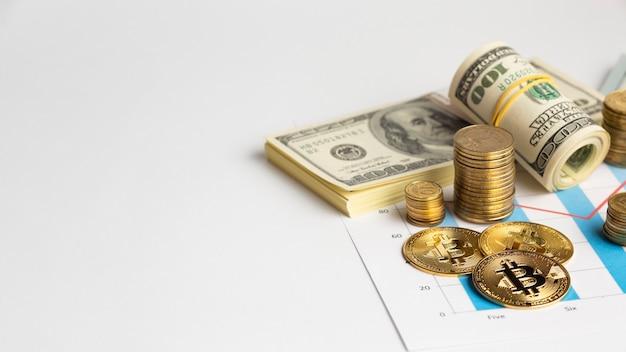 Stapel der münzen oben auf diagramm mit exemplarplatz