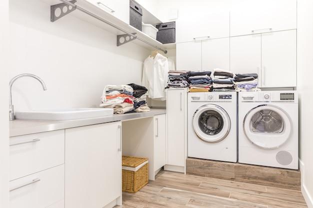 Stapel der sauberen kleidung im wäschereiraum