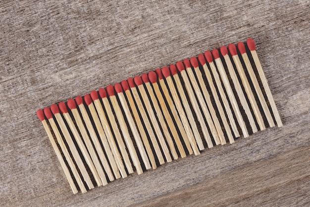 Stapel der streichhölzer ordnen in einer reihe an