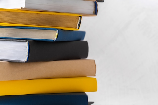 Stapel der taschenbücher auf tabelle