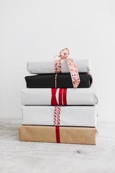 Stapel der verschiedenen geschenkboxen auf boden