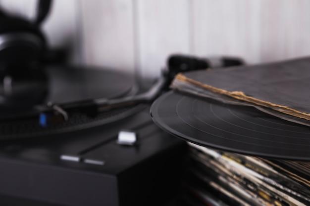 Stapel der vinyldisketten nähern sich plattenspieler