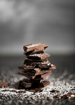 Stapel der vorderansicht der festen schokolade