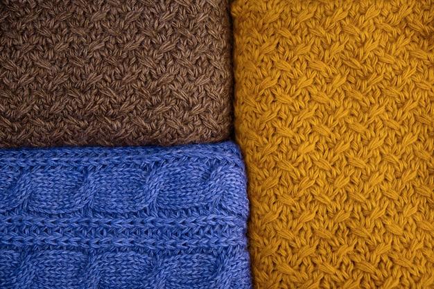 Stapel der warmen strickwarenahaufnahme. woolen knitbeschaffenheit als hintergrund