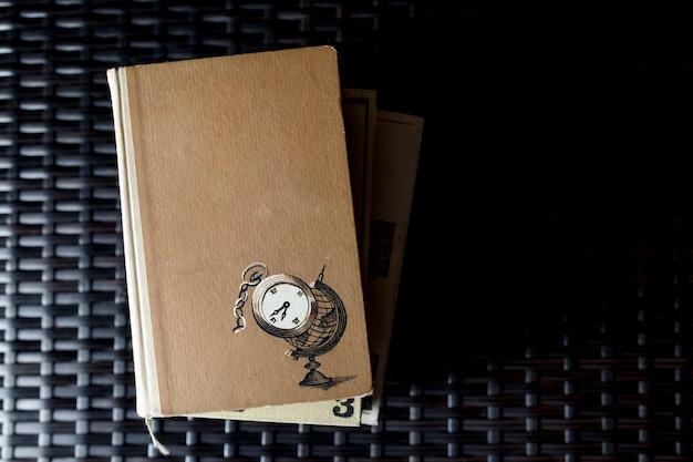 Stapel der weinlesebücher