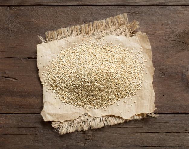 Stapel der weißen quinoa auf einer hölzernen tischoberansicht