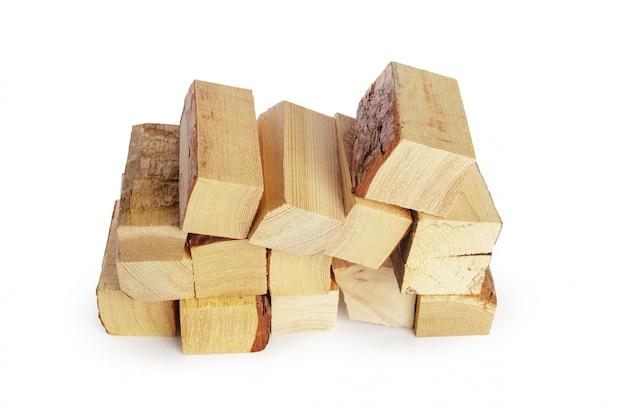 Stapel des brennholzes getrennt auf einem weiß