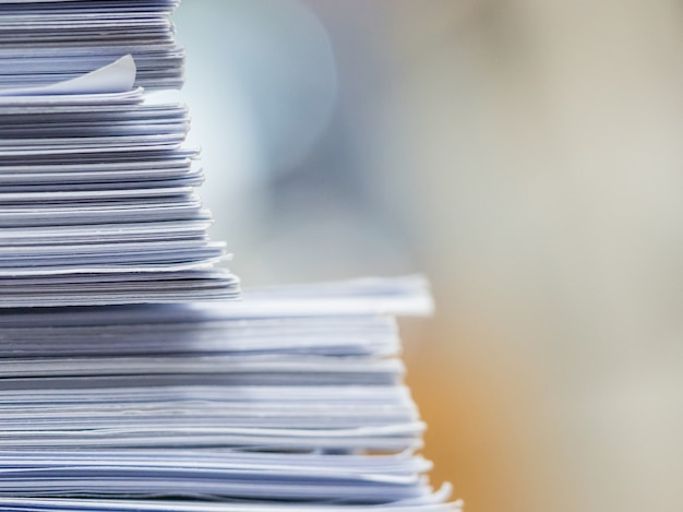 Stapel des dokuments auf dem tisch, geschäftskonzept