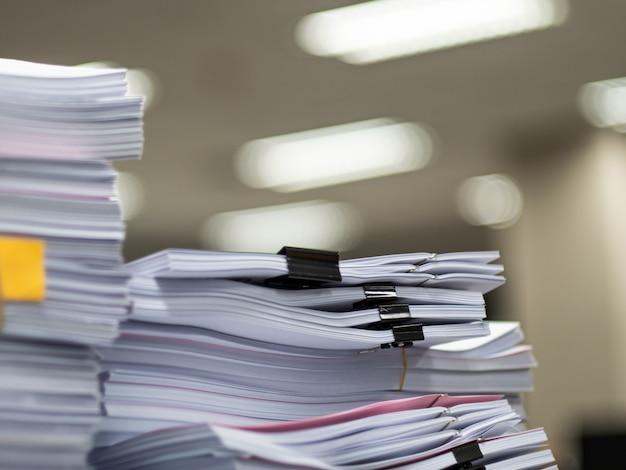 Stapel des dokuments auf dem tisch
