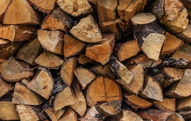 Stapel des gehackten feuerholzes vorbereitet für winter