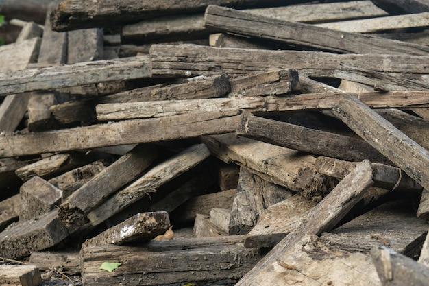 Stapel des gehackten feuerholzes