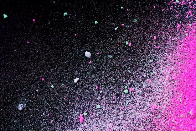 Stapel des natürlichen farbigen pigmentpulvers. grüne rosa weiße pulverpartikel splatter