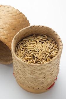 Stapel des paddys im braun auf einer weißen tabelle