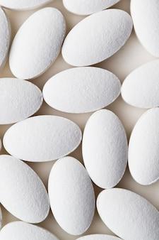 Stapel des weißen drogenpillenlegens