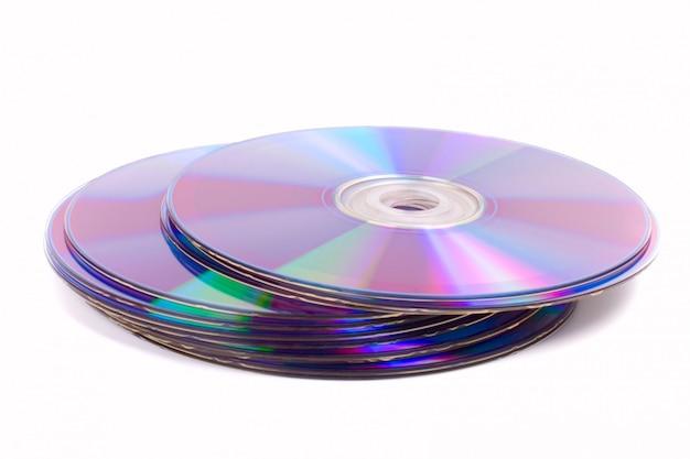 Stapel dvds auf weißem hintergrund