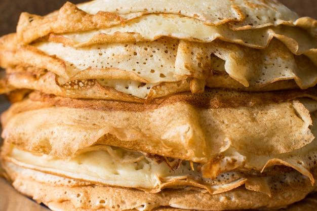 Stapel englische pfannkuchen auf einer runden weißen platte