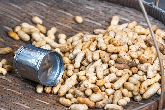 Stapel erdnüsse auf hölzerner straßenverkäufer