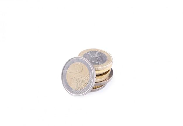 Stapel euromünzen auf weißem hintergrund