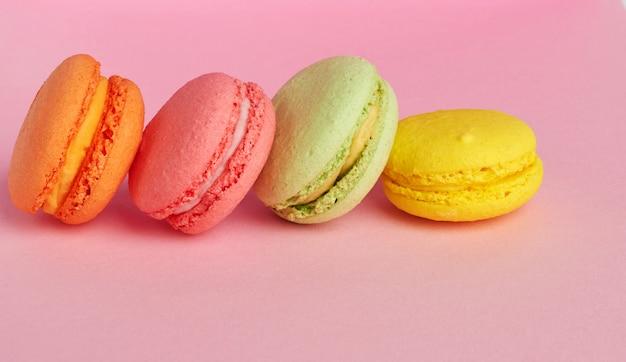 Stapel gebackene macarons auf rosa