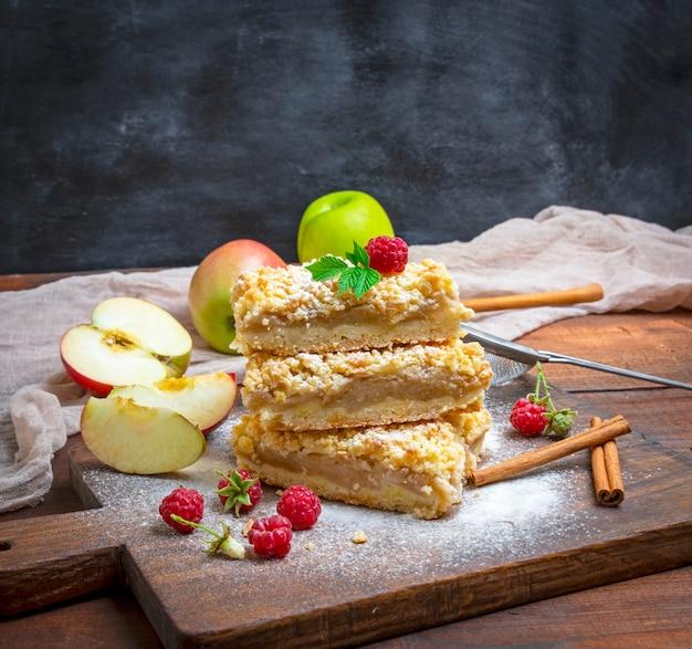 Stapel gebackene scheiben der torte mit äpfeln
