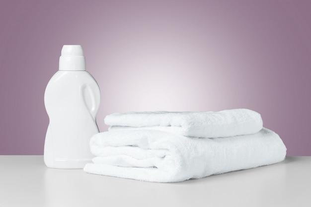 Stapel gefaltete weiße badekurorttücher