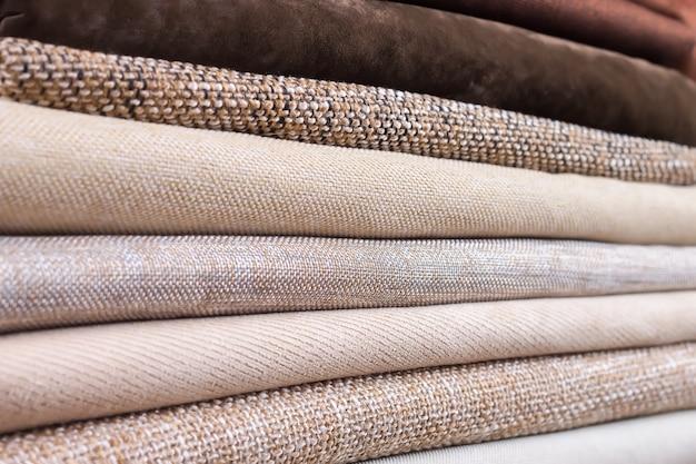 Stapel gefaltetes buntes textil. haufen stoff