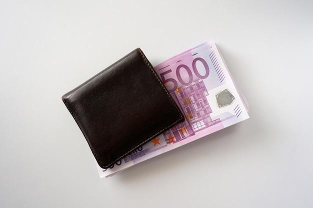 Stapel geld in der braunen geldbörse