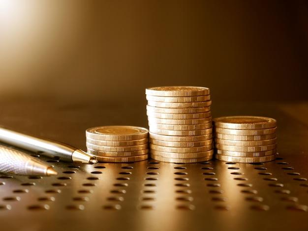 Stapel geld und münzen defokussierter hintergrund virtuelles kryptowährungskonzept