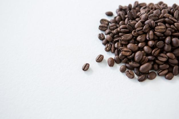 Stapel gerösteter kaffeebohnen
