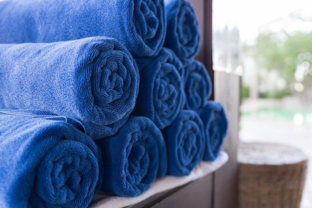 Stapel gerolltes gefaltetes blaues handtuch im spa