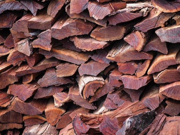 Stapel gesägten brennholzes. oberfläche und struktur der rustikalen holzstruktur. holzhintergrund.
