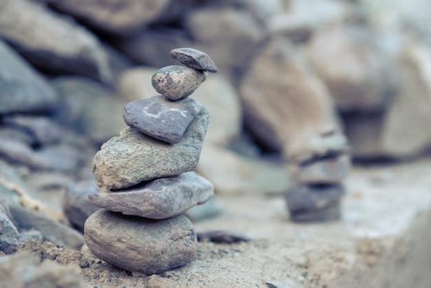 Stapel gestapelt von den zensteinen in der natur.