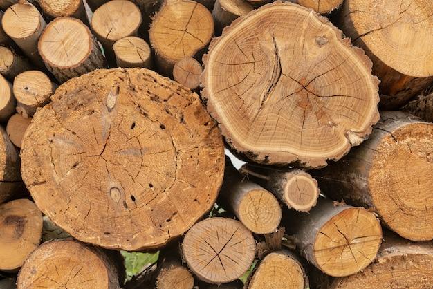 Stapel gestapeltes trockenes brennholz