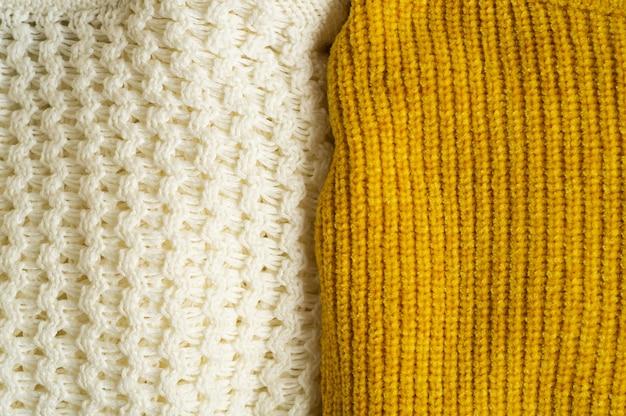 Stapel gestrickter kleidung gelb weiße farbe