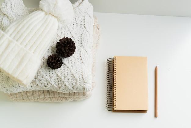 Stapel gestrickter winterkleidung mit kopierraum.
