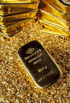 Stapel Goldziegelsteine und -nuggets