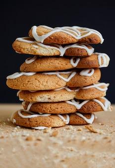 Stapel handgemachter kekse auf holztisch, studiofoto