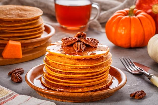 Stapel hausgemachte kürbispfannkuchen