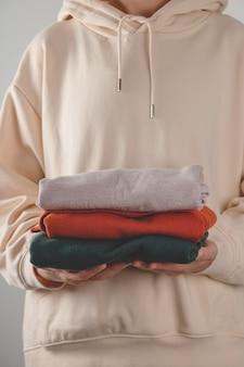 Stapel herbst basic damen rollkragenpullover in trendigen farben in frauenhänden minimalistische grundgarderobe ...