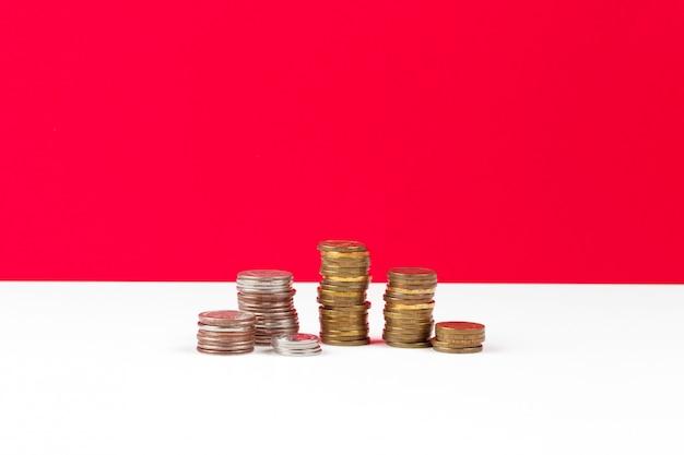 Stapel hintergrund der münzen auf dem tisch
