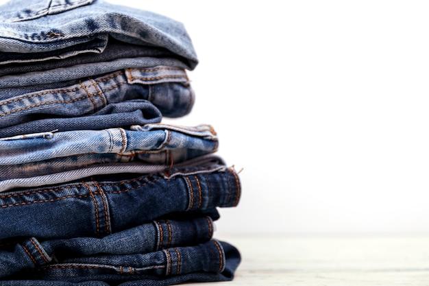 Stapel jeans auf weißem hintergrund