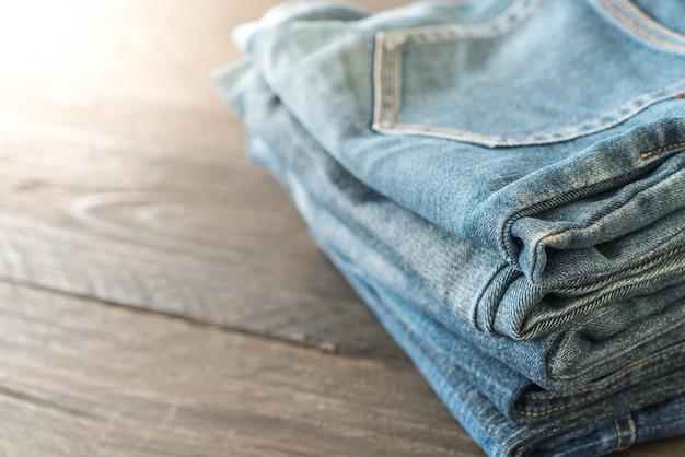 Stapel jeansbekleidung auf holz